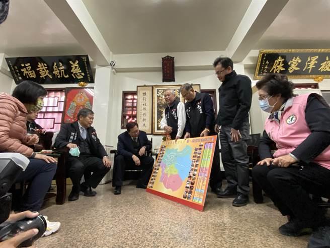 桃園市長鄭文燦9日到樂成宮參香,盛讚樂成宮繞境十八庄活動是無形的文化資產。(馮惠宜攝)