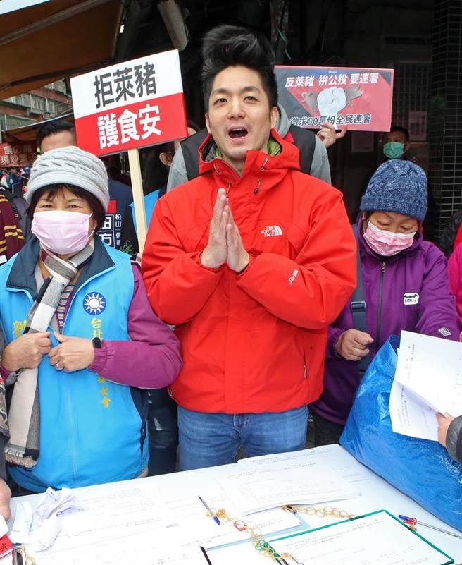 蔣萬安市場邀請民眾參加公投連署。(趙雙傑攝)