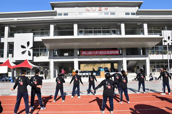 造橋國中53周年校慶,由學生表演健康熱舞。(謝明俊攝)