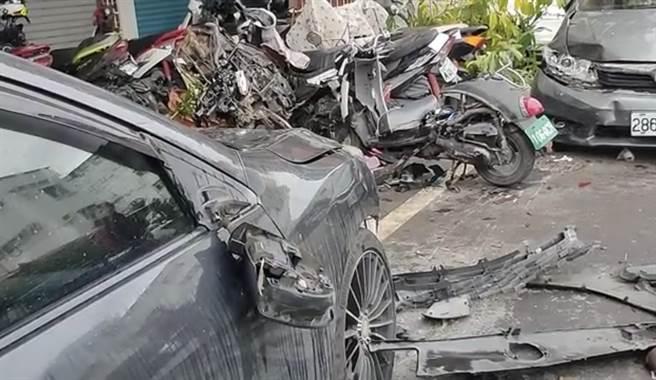 黑色掀背車沿途衝撞14輛汽機車,現場如大爆炸。(花蓮警分局提供/王志偉花蓮傳真)