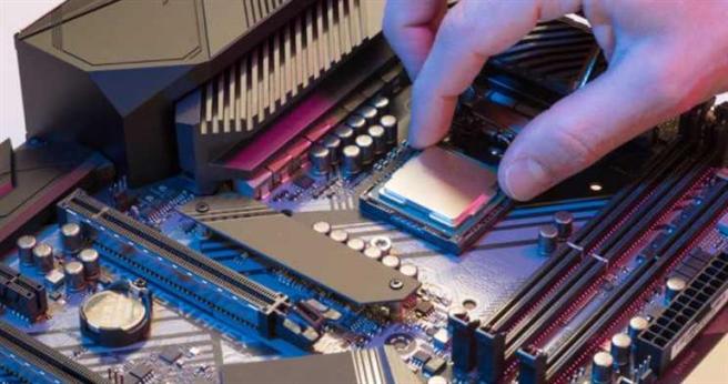 個人電腦處理器兩強Intel及AMD多年來彼此競爭不斷推出新產品,在效能上一較高下。(圖/Intel)