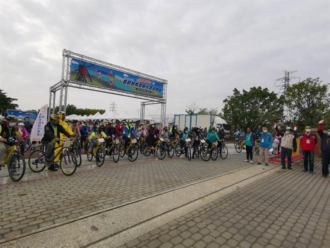 體育署騎亮台灣活動第8站前進柳營,有200名車友報名參加,一起優遊查畝營。(劉秀芬攝)