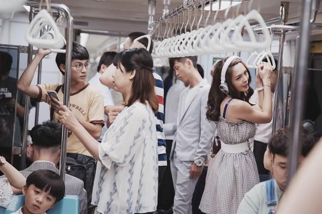 林暉閔劇中尾隨黃沐妍。(HBO Asia提供)