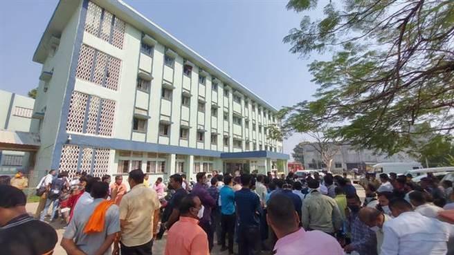 印度馬哈拉什特拉邦醫院大火。家屬在醫院外焦急的等待最新情況。(圖/印度報)