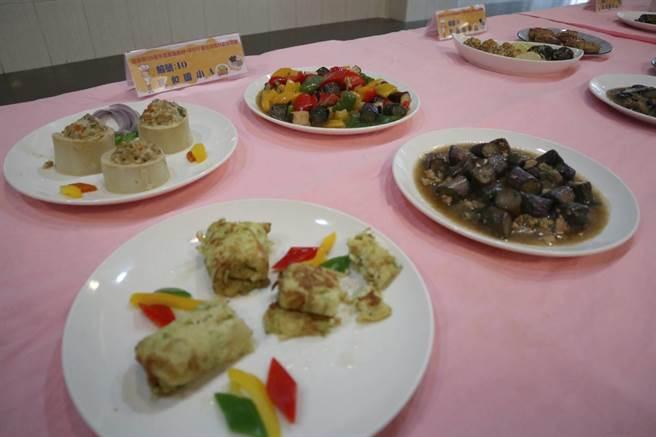 嘉義縣政府9日舉辦學校午餐在地食材廚藝競賽,入選決賽的隊伍各個端出在地最具特色的佳餚。(張毓翎攝)