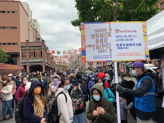 Taishin Women Run TPE連續第2年與台北霞海城隍廟合作,於9日在廟前廣場舉辦參拜與擲筊活動。(主辦單位提供)
