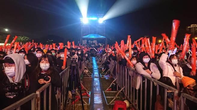 台南市政府「嘻哈搖滾夜」湧入1萬多名民眾參與。(程炳璋攝)