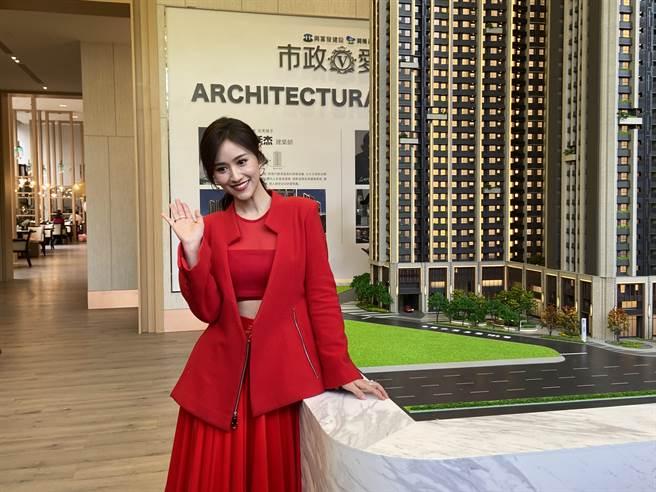 金钟奖主持人吴姗儒Sandy,9日来台中市担任一日店长,还举办签书会。(卢金足摄)