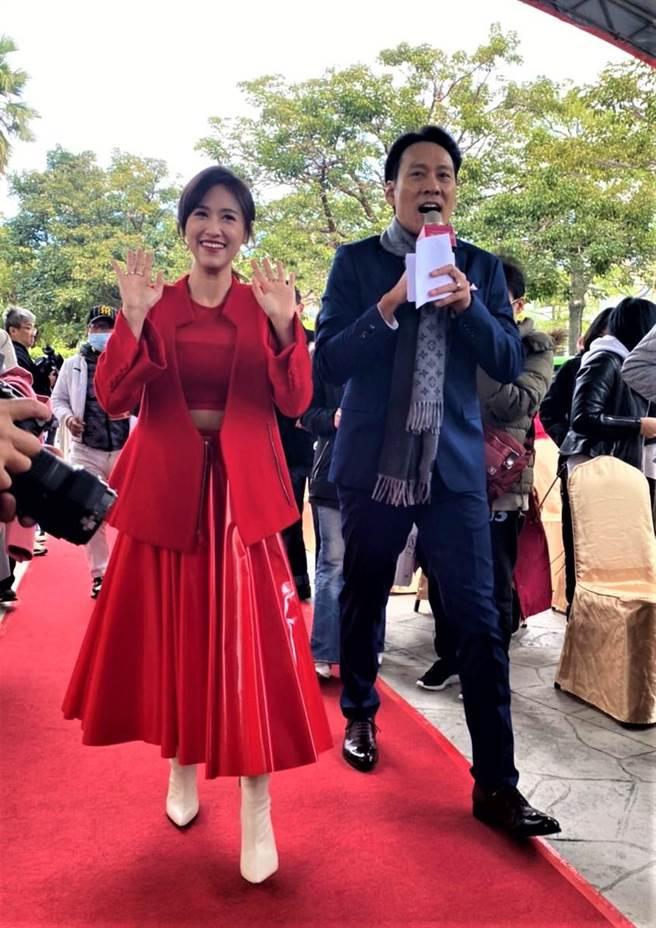 吴姗儒与艾力克斯都是主持人,两人口才佳,反应快,展现主持功力,气氛热烈,不受低温影响,马上炒热场子。(卢金足摄)