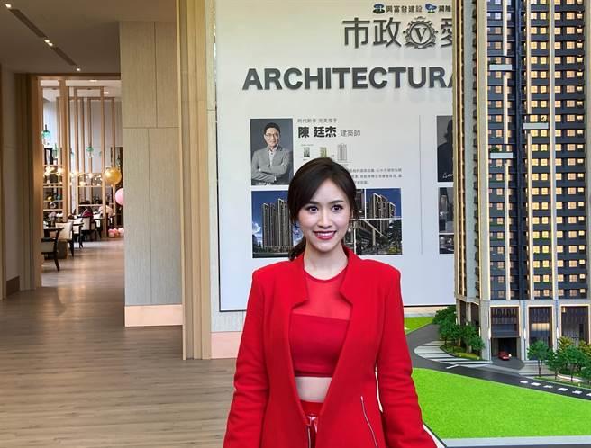 台中市今日最低温下降到八度,吴姗儒穿着一身喜气洋洋的红色礼服,表示希望2021年能再出第二本书。(卢金足摄)