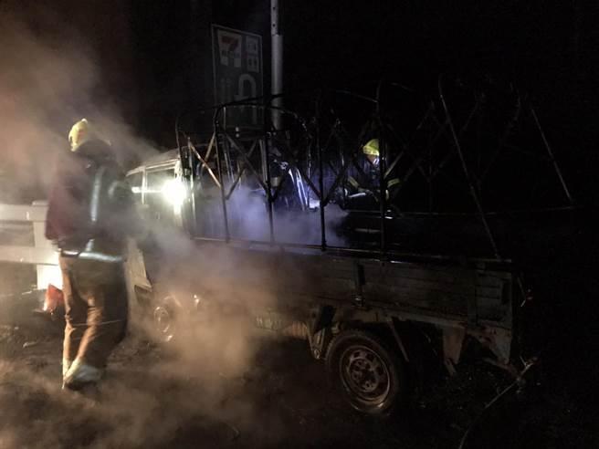 台南市楠西區曾文三號橋今晚7點36分發生貨車撞橋墩意外,車上1人燒成焦屍。(讀者提供/劉秀芬台南傳真)