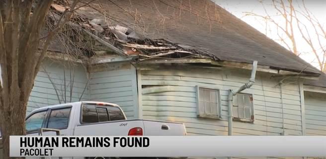 美國南卡羅來納州一處老宅日前進行裝修,卻在牆內發現一具嬰兒骨骸。(圖翻攝自WSPA 7News YouTube)