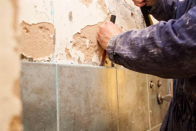 美國南卡羅來納州一名屋主打算翻修老舊住宅,沒想到在施工期間,工人在牆內發現一具嬰兒骨骸,嚇得他立即報警。(達志影像/示意圖非當事地點)