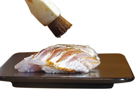 〈鮟鱇魚肝握壽司〉用了〈奈良西瓜漬〉為魚肝提味。圖/姚舜