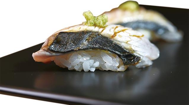 〈鰆魚握壽司〉的鰆魚來自日本愛知縣,主廚以自製蔥薑泥提味。圖/姚舜