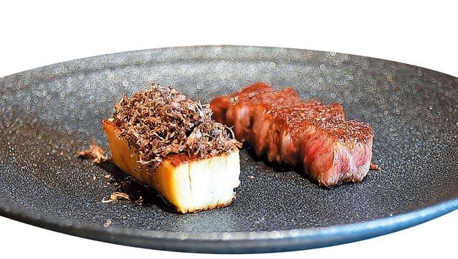 〈香煎A5和牛肋眼〉,搭配的Side Dish〈馬鈴薯千層〉上還有現刨的黑松露。圖/姚舜