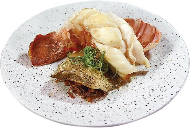 〈澳洲水姑娘〉龍蝦呈盤時,會用炙燒的厚片鮑魚菇與酥炸袖珍菇作配菜。圖/姚舜