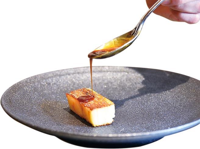 搭配〈香煎和牛肋眼〉的邊菜是用牛肉汁提味的〈馬鈴薯千層〉。圖/姚舜