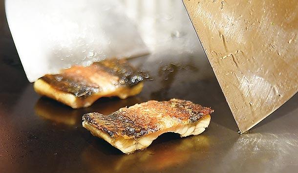 白鰻魚在蒸籠蒸熟後,會在鐵板上將單面煎得「恰恰」的,吃時酥香脆口。圖/姚舜