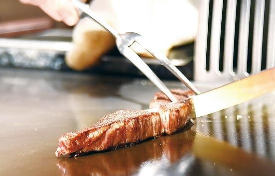 牛肉以日本九州、兵庫或北海道A5和牛肋眼料理。圖/姚舜