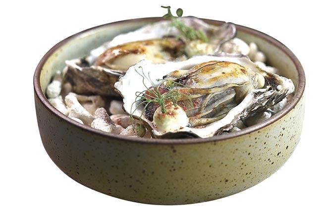 〈牡蠣〉是以炭烤至火熟的廣島牡蠣,搭配青豆仁、蘋果丁,並用酸奶豆汁和以發酵草莓作的草莓粉末提味。圖/姚舜