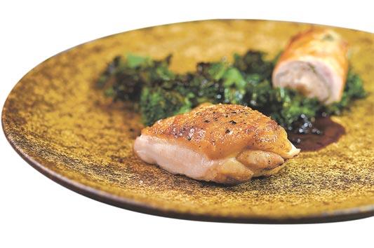 菜單上的「山」,是以用「李鹹」提味的〈香煎馥桂雞〉雞腿肉,搭配用雞肝和雞胸肉作的〈雞卷〉一起呈盤。圖/姚舜