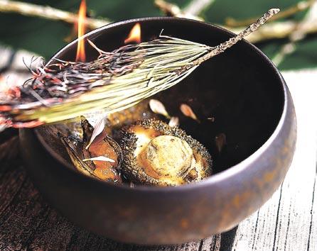 〈松針燻鮑魚〉是將鮑魚以蔬菜高湯煨煮後,搭配托著發酵鳳梨丁的珍珠洋蔥,並火燒松針賦味。圖/姚舜