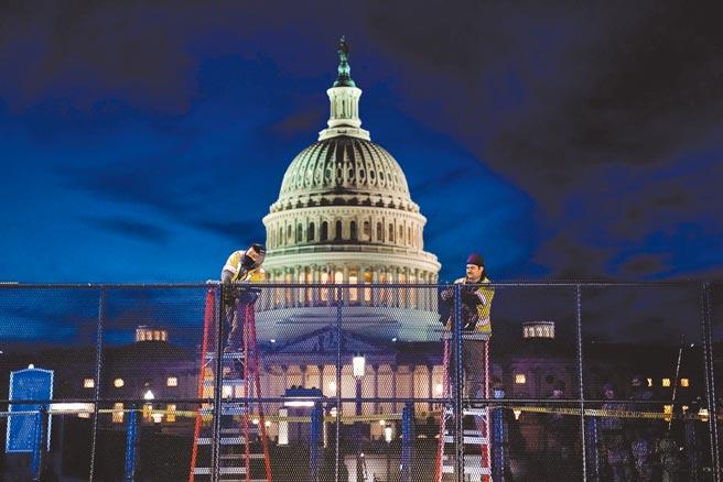 美國總統川普煽動支持者,釀成國會殿堂暴亂後,國會山莊加裝柵欄提升戒備,輿論要求川普提前下台呼聲高漲。(路透)