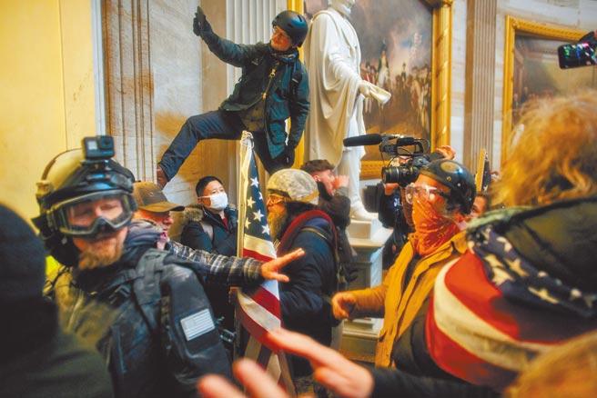美國國會參、眾兩院6日舉行聯席會議認證總統大選選舉人票投票結果時,大批川普支持者闖入國會大樓打、砸、搶,美國執法部門正根據影像和各項情報,對鬧事分子展開追捕。(路透)