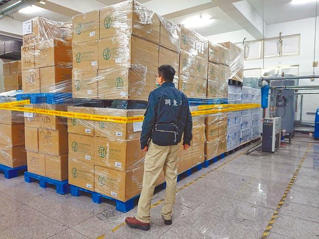 檢調及稽查人員在香港商麥迪康亞太有限公司台灣分公司私設生產線的廠房當場查扣到近200萬片的口罩。(宜蘭地檢署提供/胡健森宜蘭傳真)