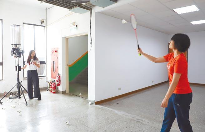 物聯網發球機可依照APP設定,而發出不同類型球種,幫助羽球員進行專業訓練。(台科大提供/李侑珊台北傳真)