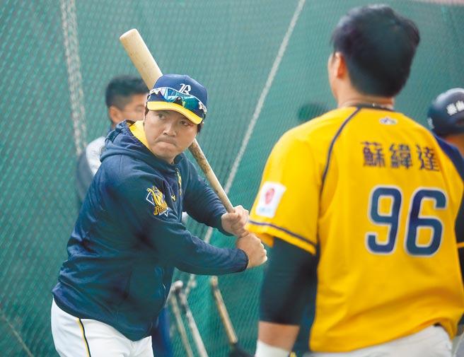 中信兄弟總教練林威助希望新球季打者不頻揮大棒。(中央社資料照)