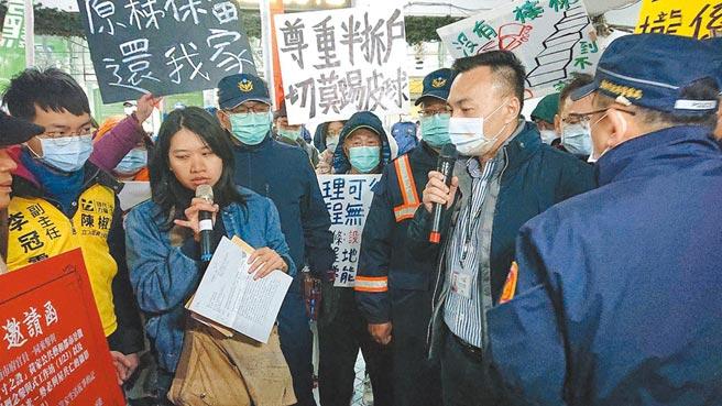 台南市交通局長王銘德(右,持麥克風者)回應黃春香聲援者問題。(程炳璋攝)
