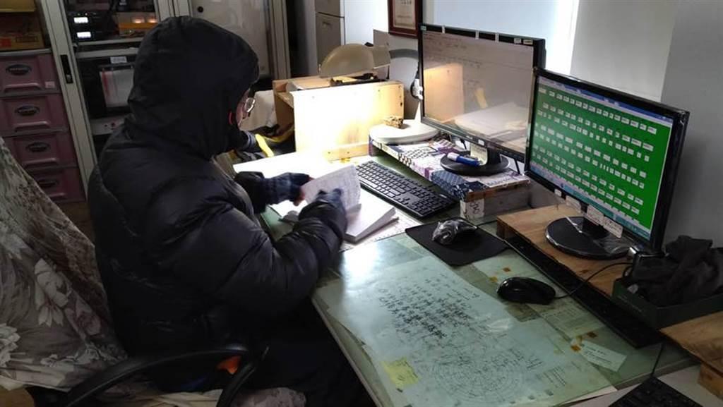 玉山站觀測員全身包緊緊在工作。(翻攝自鄭明典臉書)