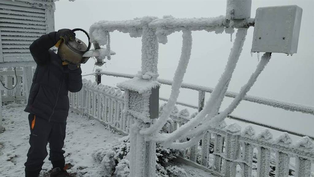 玉山站觀測員將熱水注入觀測儀器中。(翻攝自 鄭明典臉書)