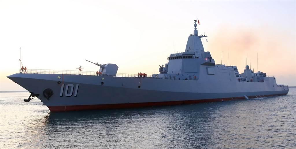 舷號101的055型隱形驅逐艦首艦「南昌」號。(人民日報)