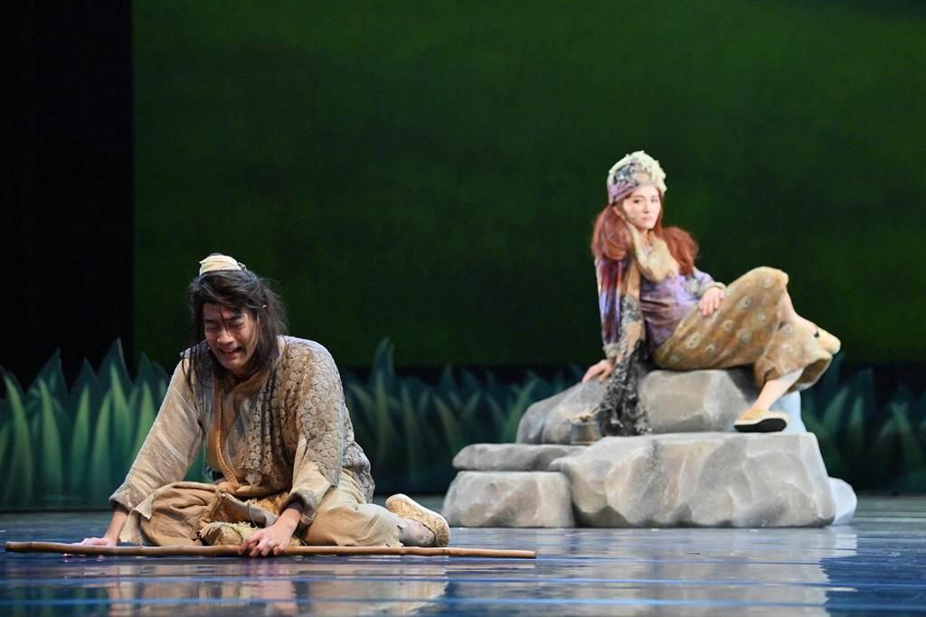施易男(左)與羅美玲主演舞台劇《大寶神珠》。(夢蓮花文藝基金會提供)