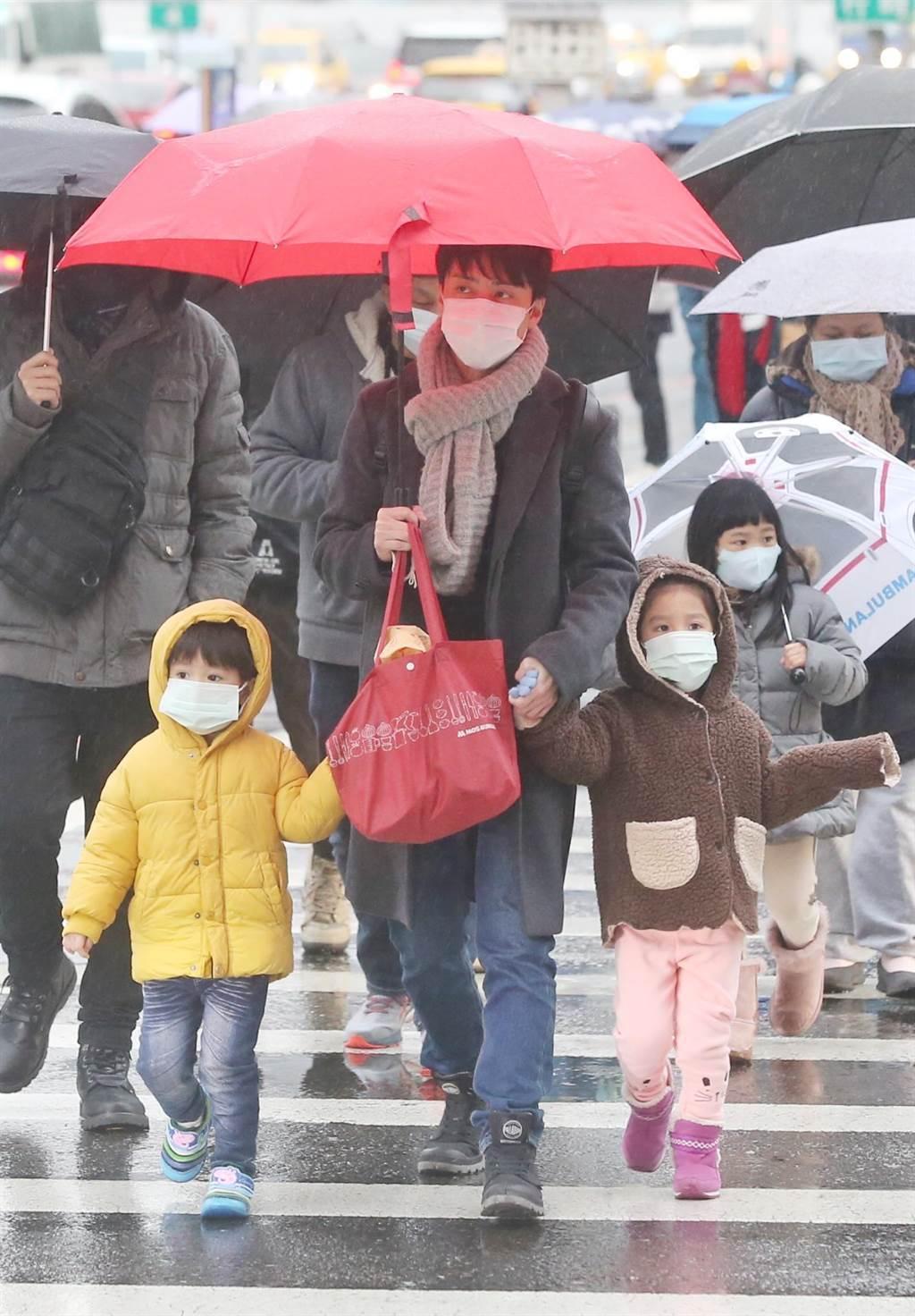 寒流來襲,台北民眾穿著禦寒衣物出門。(資料照片 趙雙傑攝)