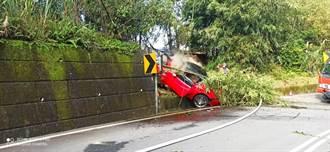 法拉利自撞插入擋土牆 車頭燒毀駕駛逃生