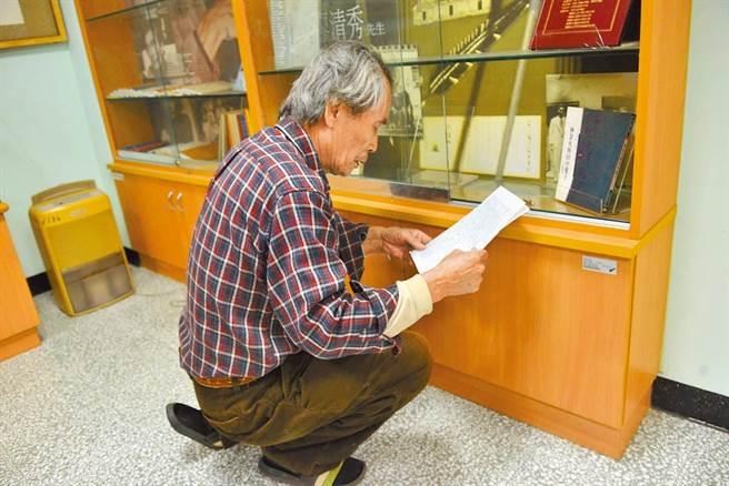 張良澤於台灣文學資料館工作室內整理收拾資料。(摘自鍾延威臉書)