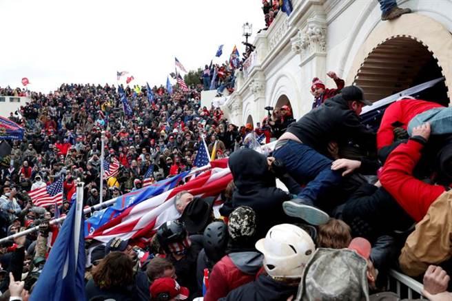川粉6日和警察衝突,闖入美國國會大廈。(路透)