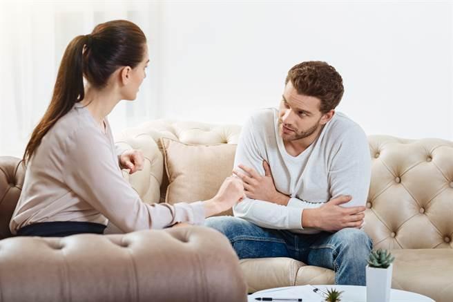 人妻撞見丈夫與小三在臥室,結婚30天後心碎離婚,沒想到丈夫之後竟私訊說「妳那時候讓我很舒服」,讓她氣得提告。(示意圖/達志影像/Shutterstock提供)