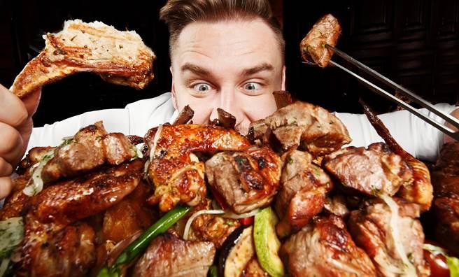知名大胃王YouTuber日前挑戰單日暴食2萬卡熱量的食物。(示意圖/達志影像)
