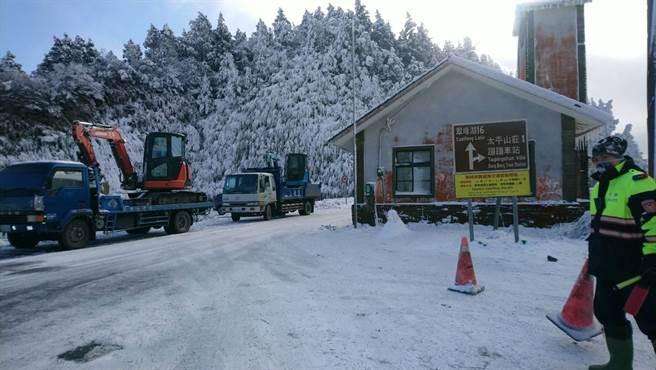 不少人前往太平山賞雪,雖然今天不太會再降雪,但因山區氣溫低,明天還有機會看見殘雪。(羅東林管處提供/李忠一宜蘭傳真)