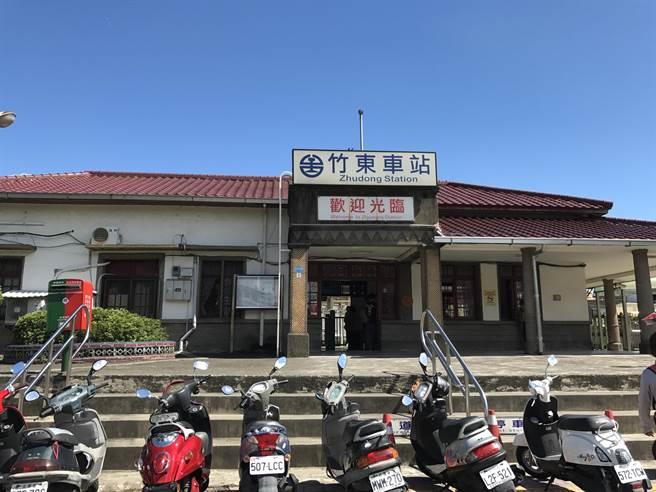 新竹一名35歲男子9日深夜被發現倒臥於火車站內廁所。(莊旻靜攝)