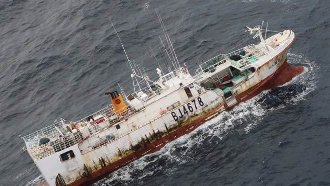 漁業署表示,今日海況與先前相比有好轉跡象,已再協調「永」船失聯海域附近的4艘大型漁船前往美方定翼機提供的最新位置提供協助。(漁業署提供)