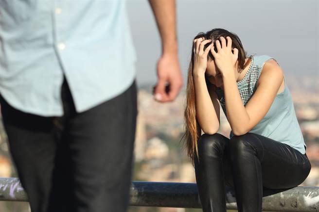 一名醫生因為論及婚嫁的女友月薪只有5萬,開始對婚事產生猶豫。(示意圖/達志影像)