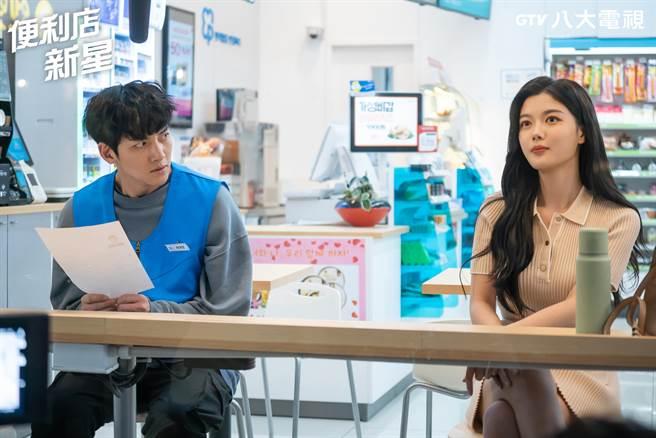 池昌旭(左)與金裕貞在《便利店新星》首度合作。(八大提供)