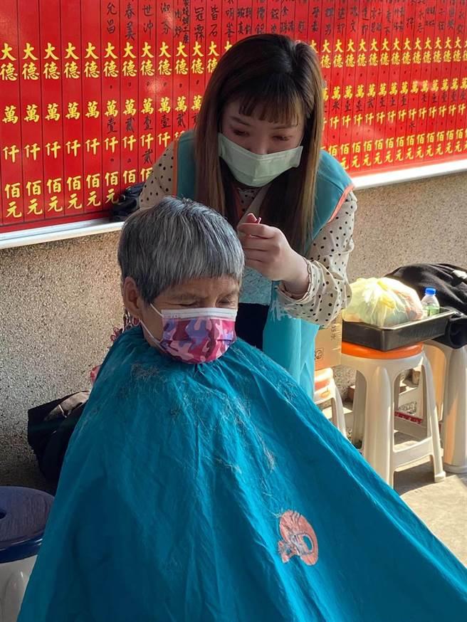 雅頓時尚髮型設計師團隊,為弱勢家戶民眾長者義剪。(謝瓊雲攝)