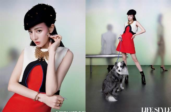 迪麗熱巴在換上紅裙時轉換風格,搭配率性的鉚釘帽,展現高貴不失時髦的品味。(圖/摘自微博@精品购物指南)